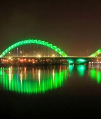 2,500 luci Led colorate per il ponte a forma di drago